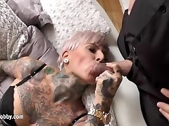 mon passe-temps sale - tatoué milf avale grosse bite