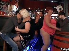 Legrační velký prsa párty v baru