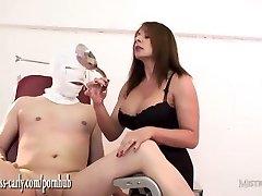 Busty māsa Saimniece der degsme sūkni, lai vergi gailis un fucks savu saspringto ass