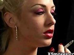 Plumpy 소녀 흡연 배고픈르