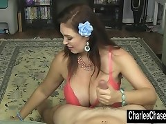 Smoking Hot MILF Charlee Chase Jerks en Hard Kuk!