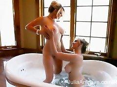 2 Zelo Mokro MILFS! Julia Ann & Vicky Vette