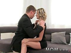 mama mature blonde cu umflat sânii se bucură de o bună