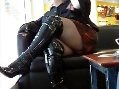 femeie durdulie in cizmele publice