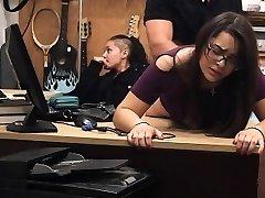 Winkel Tillen Brunette Met Een Bril Neemt Gezicht In Pawn Shop