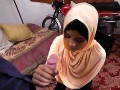 נוער ערבי שרמוטה מוצץ זין ענק כמו מקצוען