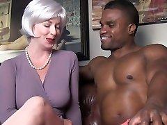 seksi milf iskušava crni štap