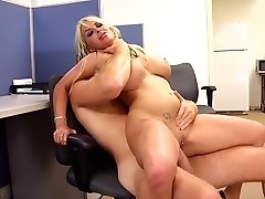Zickige Blonde Göttin Holly Halston ist die Ultimative MILF Boss!