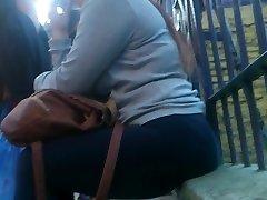 College djevojka s debelim kukovima u леггинсах