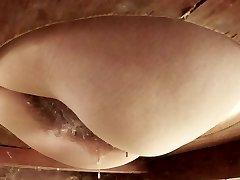 Žena se je znebil sperme z njeno kosmato pizda.