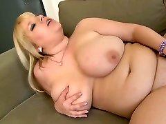 Chubby Blondinka Masturbira