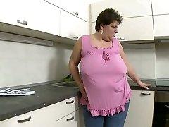 Brutto brunette mamma trekker opp beinet hennes for å onanere med fingeren