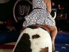 खूबसूरत विशालकाय महिला लहंगे पर एक बैल