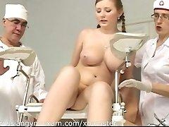 een plumpy rondborstige russische meisje op een gyno examen wordt vernederd