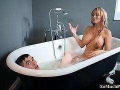 Огромные буфера красотки, наслаждаясь секс втроем в ванной