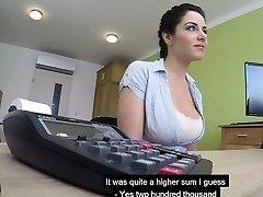 stora bröst tjeckiska milf suger kuk och knullar för att få henne lån