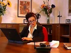 Большие сиськи секретарь трахал ее босс
