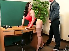 Otäck sekreterare med stora bröst Kendra Lust knullade på bordet med Richie Svart
