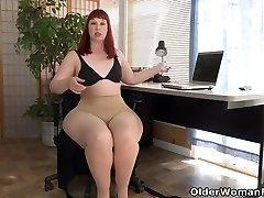 미국의 섹시한중년여성 스칼렛 퍼지는 그녀의 천둥 허벅지