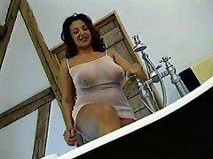 British Busty MILF si fa scopare in bagno