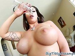 קעקוע milf tittyfucks זין ענק