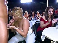 Jóképű sztriptíz szórakoztatja a hatalmas tömeg a kanos lány meztelenül táncolnak a club