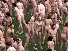 os nudistas britânicos em grupo