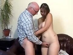 Gordita chica alemana follada por un hombre mayor