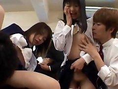 Gangbang dievčatá sú nadržaný v triede