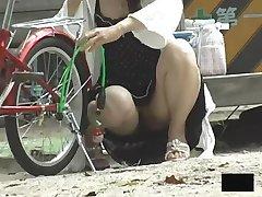 Viaje de las Chicas Asiáticas agacharse