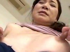 Flaco asiático con pezones enormes