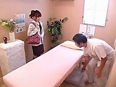 Lindo niña recibe un golpe duro en Japonés voyeur video de sexo