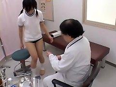Adolescente consigue su coño examinada por un ginecólogo travieso