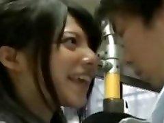 scolarita excitata seduce lucrătorii de birou pe autobuz