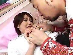 Frumoasa gagica adolescent un tip excitat saruta si mangaie-o lo