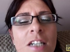 Spex mature slut fingering her cootchie