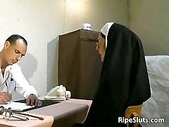 Old slut got tantalized in the doctors
