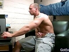 Muscled dude wanking part1