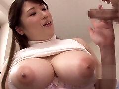 Professora japonesa sopra sua aluna em casa