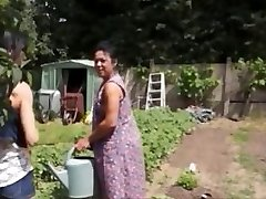 Agricultrice Madalyne la baise est dans le champ