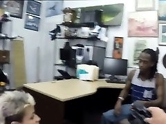 The girlfriend was fucked by the pawnman and get paid