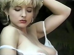 Mature exhibe Innate Body in the Park