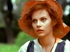 Brunett Stefania Casini blir naken i det här klippet från hennes film