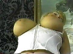 Berba debeo plavuša sa velikim sisama
