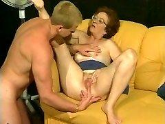 Ретро бабушка получает горячий доставать из мускулистые шпильки