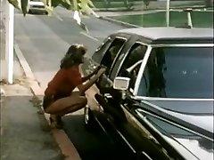 Moterų hitchhiker gauna limuzinu važinėti