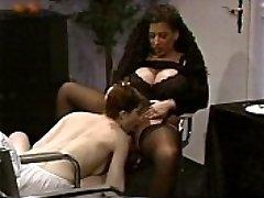 Busty Tiziana Redford v Črno Perilo lezbično sceno