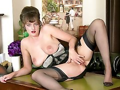 Hot busty naturlig brunette wanks i vintage nylon undertøy