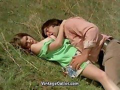 Cilvēks Mēģina Savaldzināt teen Pļava (1970 Vintage)