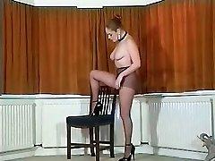 Sexy busty Britiske strømpebukse teaser